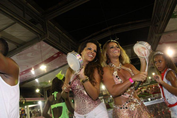 A rainha de bateria da Mangueira, Renata Santos, recebe a Rainha de Bateria do Salgueiro, Viviane Araújo, em ensaio da