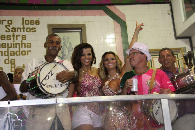As rainhas de bateria, Renata Santos (à esq.) e Viviane Araújo, posam junto aos ritmistas da Mangueira, na noite de sábado, na quadra da
