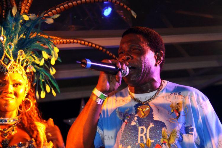 Neguinho da Beija-Flor canta durante ensaio da escola de Nilópolis no Vivo Rio, na noite de sexta-feira, no Rio de Janeiro (04/02/2011)