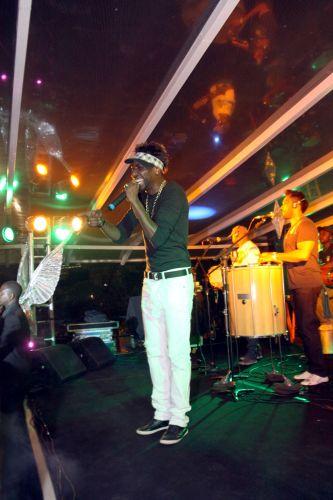 Dodô, vocalista do grupo Pixote, canta durante ensaio da Beija-Flor de Nilópolis no Vivo Rio, na noite desta sexta-feira, no Rio de Janeiro (04/02/2011)