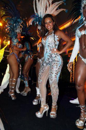 Raíssa Oliveira, Rainha de Bateria da Beija-Flor, samba junto às passistas da escola na noite de sexta-feira (04), em ensaio da agremiação na casa de espetáculos Vivo Rio, no Rio de Janeiro (04/02/2011)