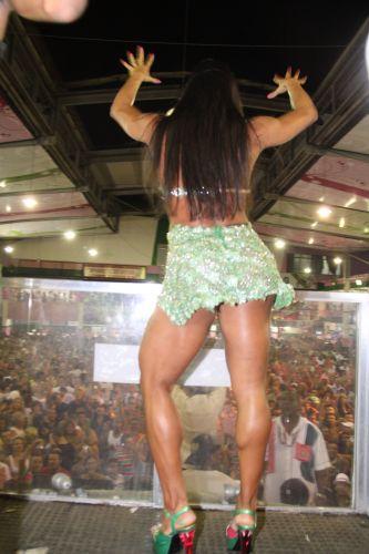 Gracyanne Barbosa samba na quadra da Mangueira durante ensaio da escola na noite de sábado, no Rio (05/02/2011)