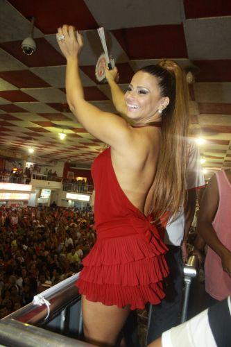 Viviane Araújo, Rainha de Bateria do Salgueiro, samba durante ensaio da agremiação na quadra da escola, neste sábado, no Rio de Janeiro (05/02/20110