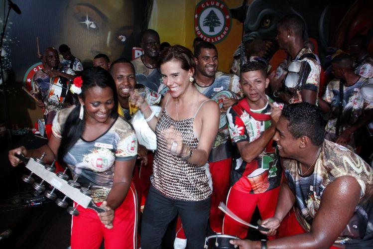 A socialite Narcisa Tamborindeguy samba com integrantes da Grande Rio na noite de sábado (05), durante ensaio da escola no clube Monte Líbano, no Rio de Janeiro (05/02/2011)