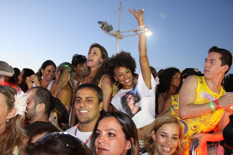 A atriz Sheron Menezes estava entre os convidados sobre o trio de Ivete Sangalo (07/03/2011)