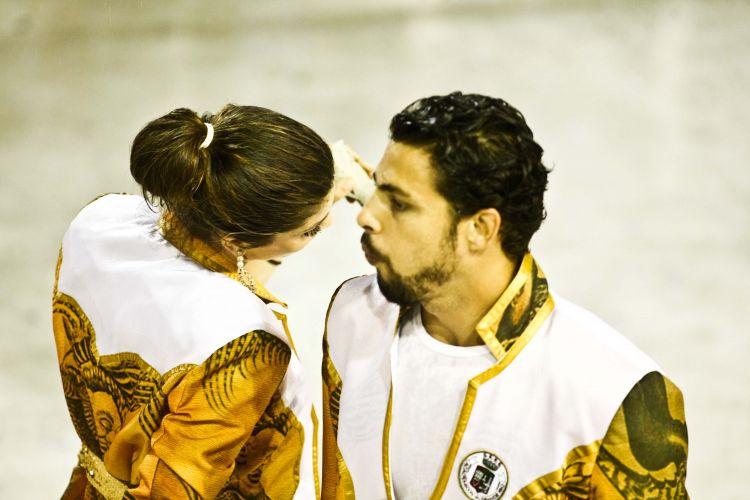 O casal de atores Cauã Reymond e Grazi Massafera desfila com a Grande Rio na Sapucaí (07/03/2011)
