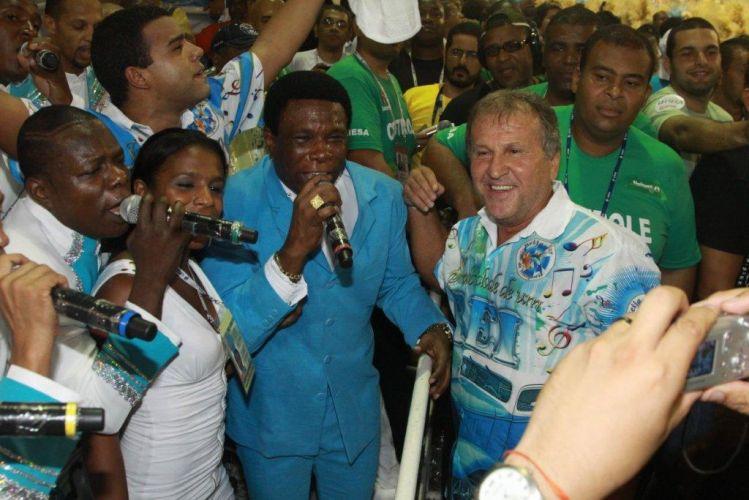 O ex-jogador de futebol Zico com Neguinho da Beija-Flor no aquecimento para o desfile (07/03/2011)
