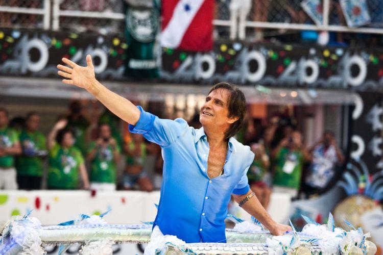 O cantor Roberto Carlos desfila com a Beija-Flor, escola que o homenageou com o enredo