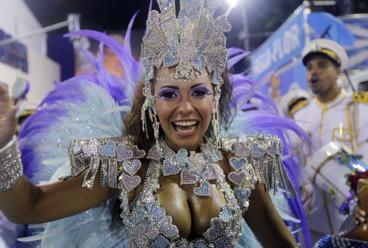 Raíssa, rainha de bateria da escola, desfila com a Beija-Flor (07/03/2011)