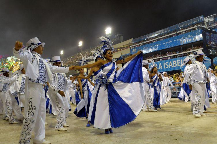 Integrantes da Beija-Flor desfilam enredo sobre Roberto Carlos na Sapucaí (07/03/2011)