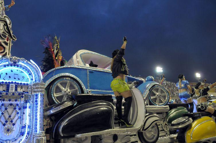 Calhambeque no desfile que homenageou Roberto Carlos (07/03/2011)
