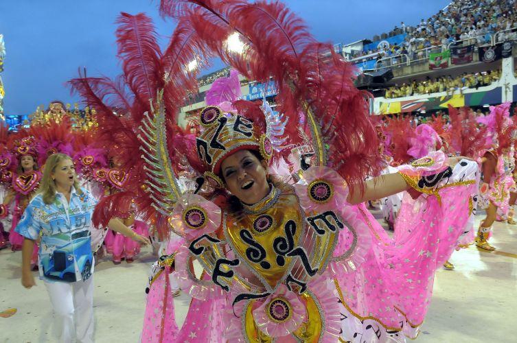 Integrantes de ala desfilam o samba-enredo