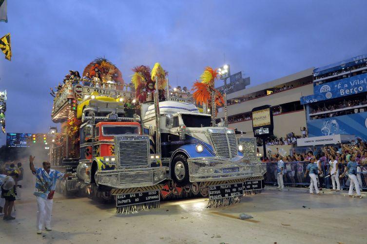 Alegoria da Beija-Flor na Sapucaí faz homenagem aos cantores sertanejos. Foram representados caminhões e, no alto do carro, desfilaram artistas como a dupla Chitãozinho e Xororó e a cantora Roberta Miranda (07/03/2011)