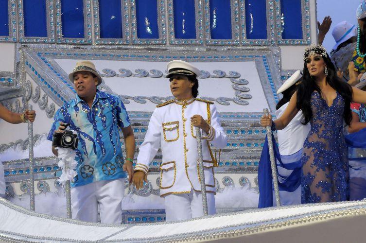 Ao centro, Tom Cavalcante desfila caracterizado como Roberto Carlos, representando o artista durante seus shows em cruzeiros pelo Brasil (07/03/2011)