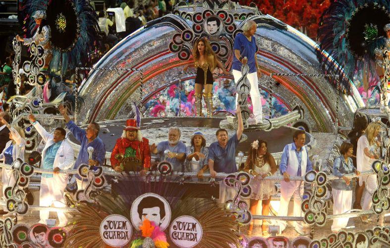 Erasmo Carlos e Wanderléa desfilam em carro da Beija-Flor que homenageia a Jovem Guarda; escola apresentou o samba-enredo