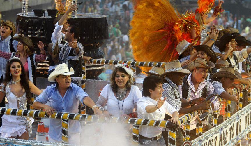 Os cantores Paula Fernandes, Chitãozinho, Roberta Miranda e Xororó desfilam em carro alegórico. A Beija-Flor teve uma ala homenageando os cantores sertanejos (07/03/2011)