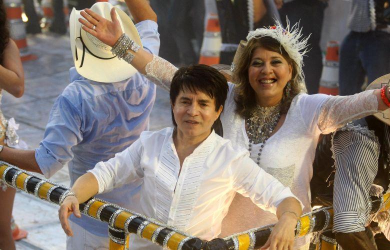 Os cantores Xororó e Roberta Miranda desfilam pela Sapucaí. A Beija-Flor teve uma ala homenageando os cantores sertanejos (07/03/2011)