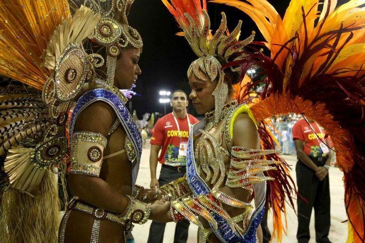 Integrantes da corte de Carnaval carioca rezam antes de entrar na avenida (6/3/2011)