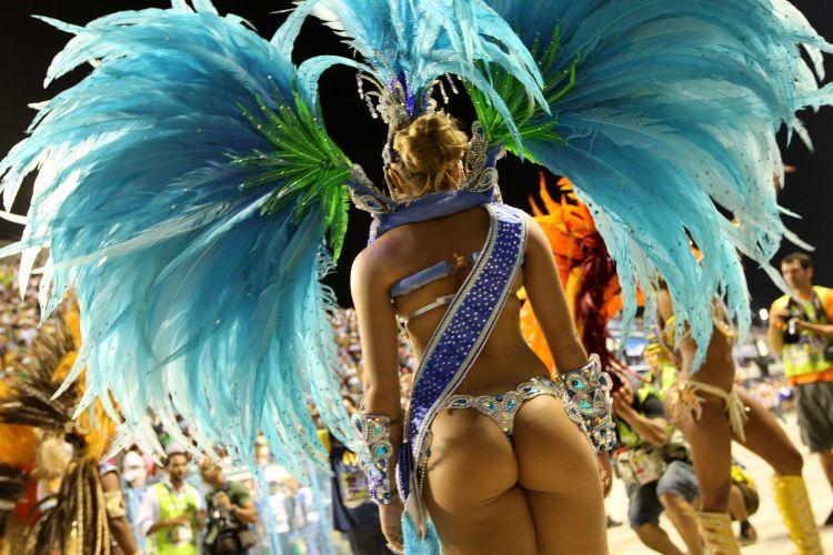 Integrante da corte de Carnaval carioca se prepara para entrar na avenida (6/3/2011)