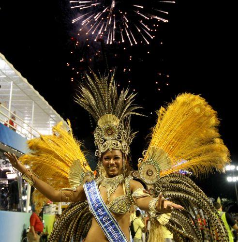 Princesa da corte de Carnaval carioca exibe fantasia antes de desfile da São Clemente (6/3/2011)
