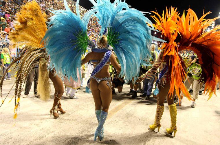 Integrantes da corte de Carnaval carioca se preparam para abertura da festa carioca no desfile da São Clemente (6/3/2011)