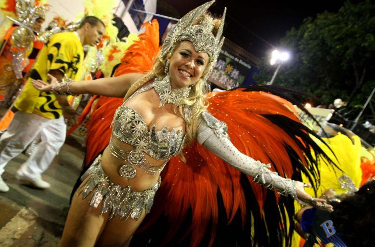 Rainha de bateria da São Clemente, Bruna Almeida se prepara para desfile da agremiação na abertura do Carnaval do Rio de Janeiro (6/3/2011). Bruna desfila desde os nove anos