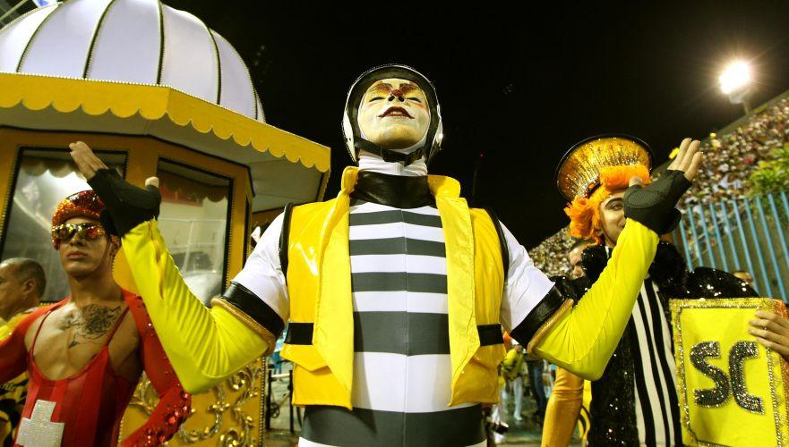 Membros da comissão de frente da escola de samba São Clemente representam personagens do Rio de Janeiro, cidade homenageada no enredo (6/3/2011)