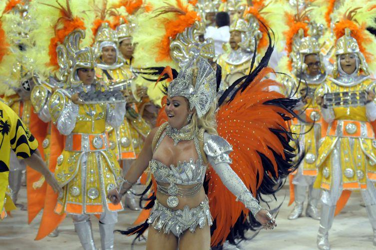 Rainha de bateria, Bruna Almeida, que cresceu no barracão da escola, desfila à frente da bateria da escola São Clemente, no Rio de Janeiro (6/3/2011)
