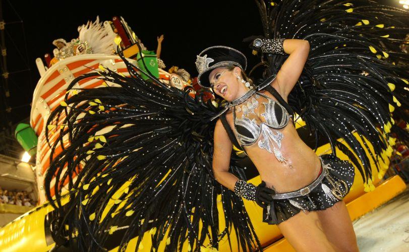 Destaque da São Clemente desfila enredo vestida de policial em homenagem ao Rio de Janeiro (6/3/2011)