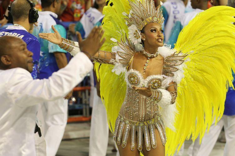 A atriz Sheron Menezes estreia à frente da bateria da Portela (06/03/2011)