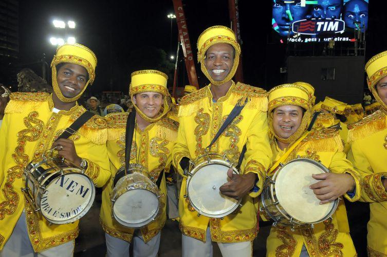 Membros da bateria da escola na concentração para o desfile (06/03/2011)