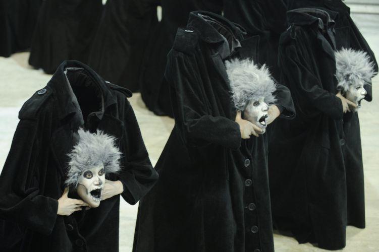Usando truques de ilusionismo, comissão de frente da escola desfila na Sapucaí (06/03/2011)