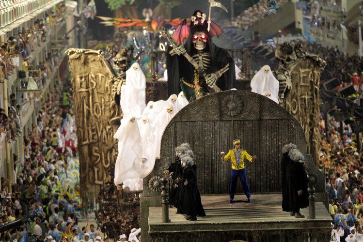 Carro abre-alas da Unidos da Tijuca desfila enredo sobre cinema e medo na Sapucaí (06/03/2011)