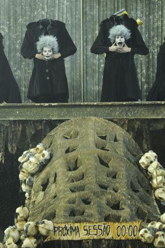 Sobre uma lápide de 5 metros de altura,15 bailarinos arrancam cabeças e corpos (06/03/2011)