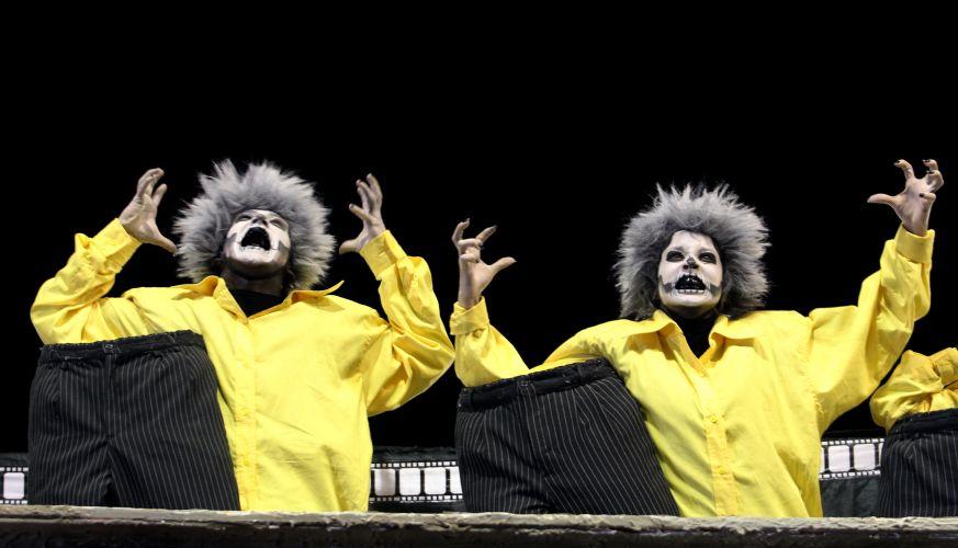 Comissão de frente da escola desfila na Sapucaí enredo sobre o medo e o cinema (06/03/2011)