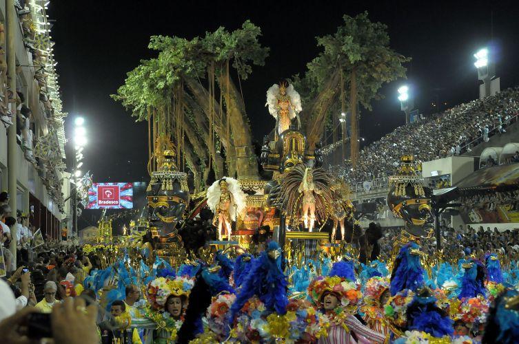 Alegoria da Unidos da Tijuca desfila enredo sobre cinema e medo na Sapucaí (06/03/2011)