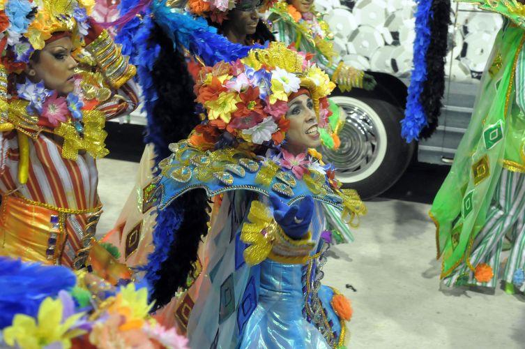 Integrantes de ala da atual campeã do Carnaval do Rio desfilam na Sapucaí (06/03/2011)