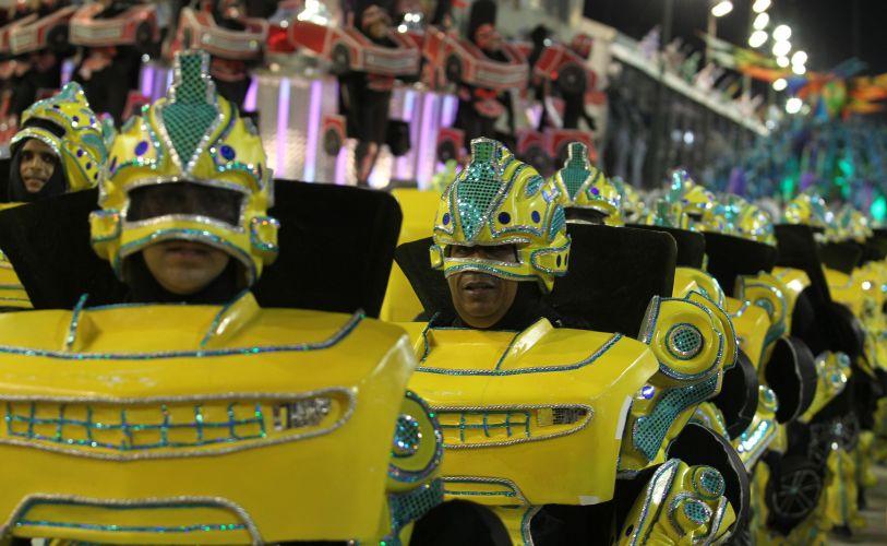 Integrantes de ala representam carros do filme
