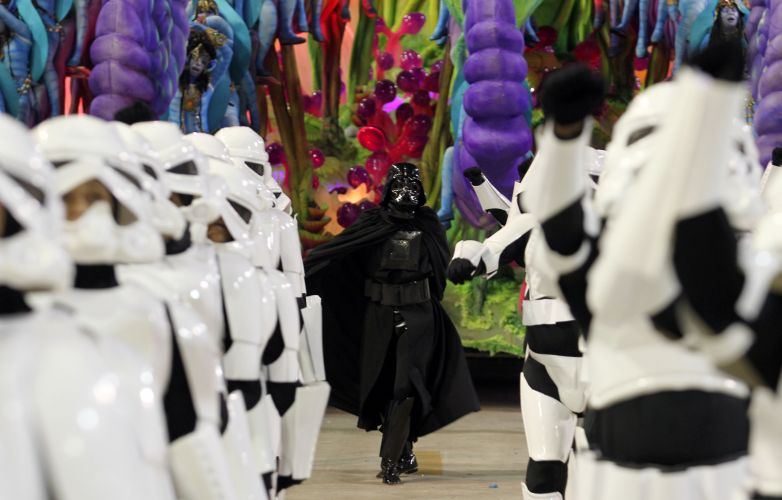 Integrantes de ala da atual campeã do Carnaval do Rio caracterizados como Stormtroopers, personagens da saga