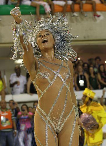 À frente da bateria da Unidos da Tijuca desfila a apresentadora Adriane Galisteu (06/03/2011)