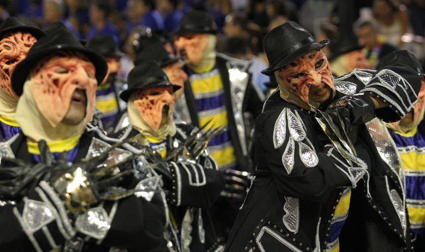 Integrantes de ala da escola desfilam na Sapucaí caracterizados como Fred Kruger, do filme