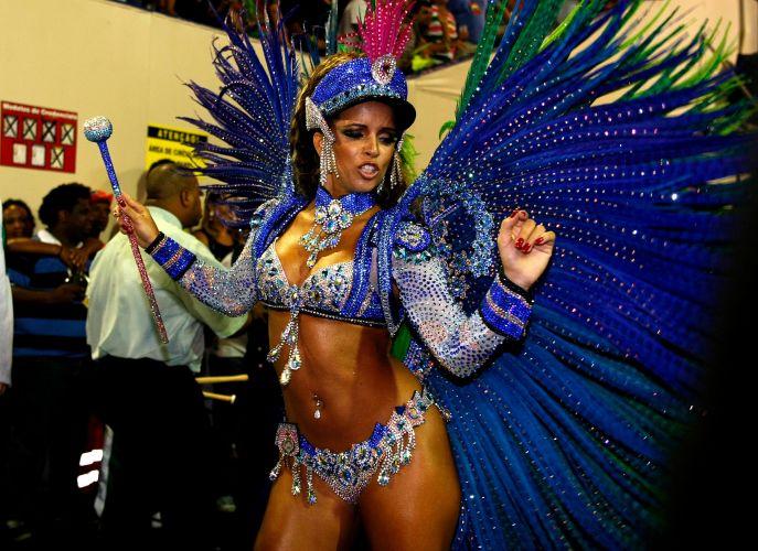 Rainha de bateria da Mangueira, Renata Santos samba na concentração do desfile (06/03/2011)