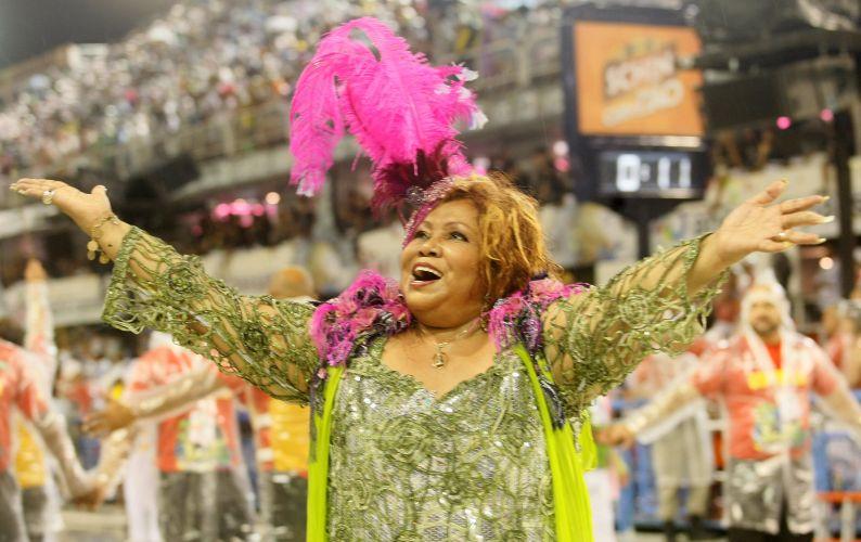 A cantora Alcione desfila com a Mangueira na Sapucaí (06/03/2011)