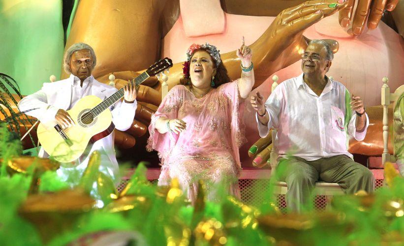 A cantora Beth Carvalho -- que voltou a desfilar na Mangueira após um hiato de quatro anos -- em carro alegórico, ao lado do compositor Sergio Cabral (d) (06/03/2011)