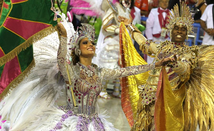 Porta-bandeira e mestre-sala desfilam com a Mangueira no sambódromo carioca, encerrando os desfiles da primeira noite da Sapucaí (06/03/2011)
