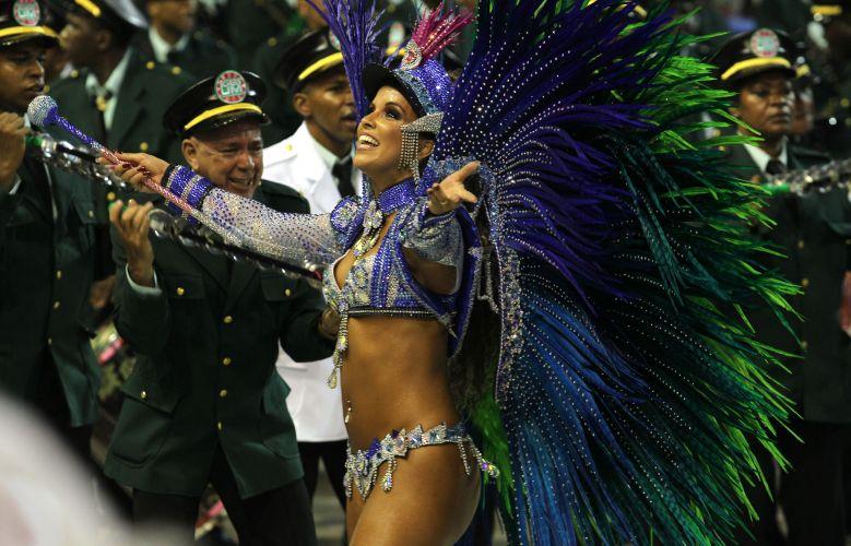 Rainha de bateria, Renata Santos desfila na Sapucaí (06/03/2011)