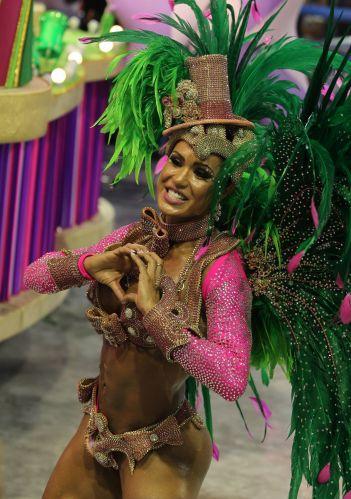 Gracyanne Barbosa samba com a Mangueira. A modelo é ex-rainha de bateria da escola (06/03/2011)
