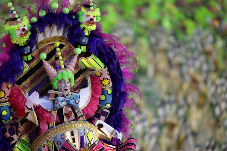 Não faltaram cores durante o desfile da Mangueira, no primeiro dia de Carnaval na Sapucaí (06/03/2011)