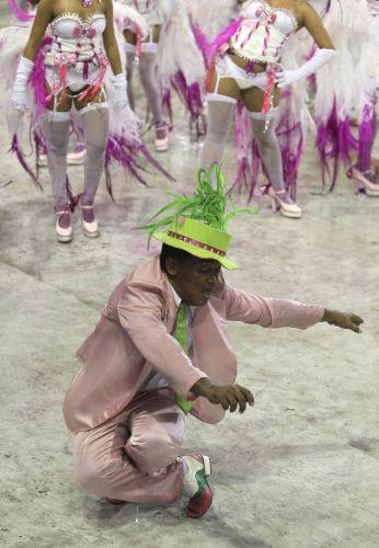 Passista da Mangueira atravessa a Sapucaí; escola fechou o primeiro dia de desfiles no Rio (06/03/2011)