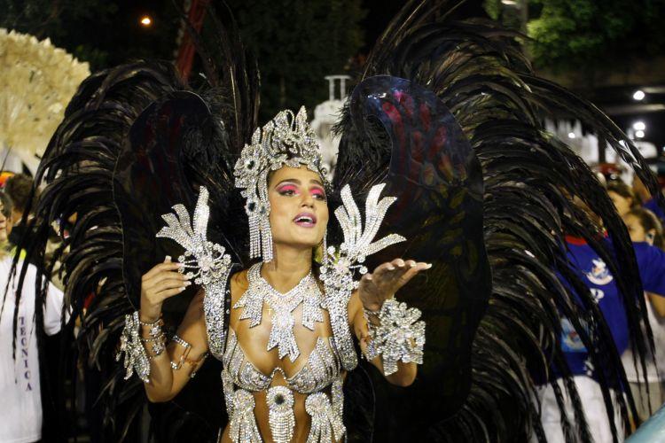Rainha de bateria da escola Bruna Bruno desfila enredo